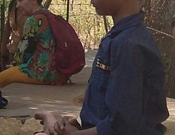 MEDITANDO EN LA CUEVA DE RAMANA MAHARSI